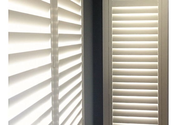 Corner shutters with hidden tilt rods